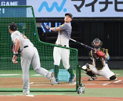 ホームランダービーで阪神佐藤輝は柵越えの当たりを放つ(撮影・足立雅史)