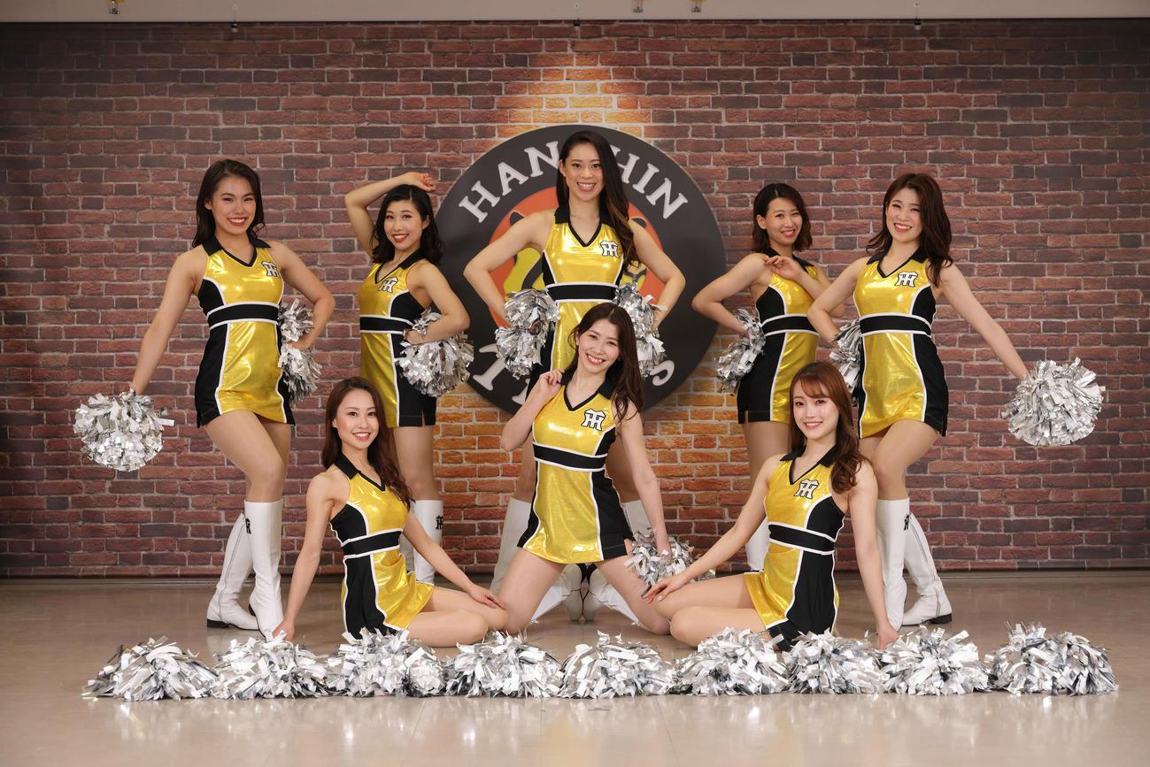 初のワンピースタイプとなるサマーユニホームを発表したタイガースガールズ。前列左からYuki、Mako、Sara、後列左からAnne、Tomomi、Miku、Moe、Kyoka(球団提供)