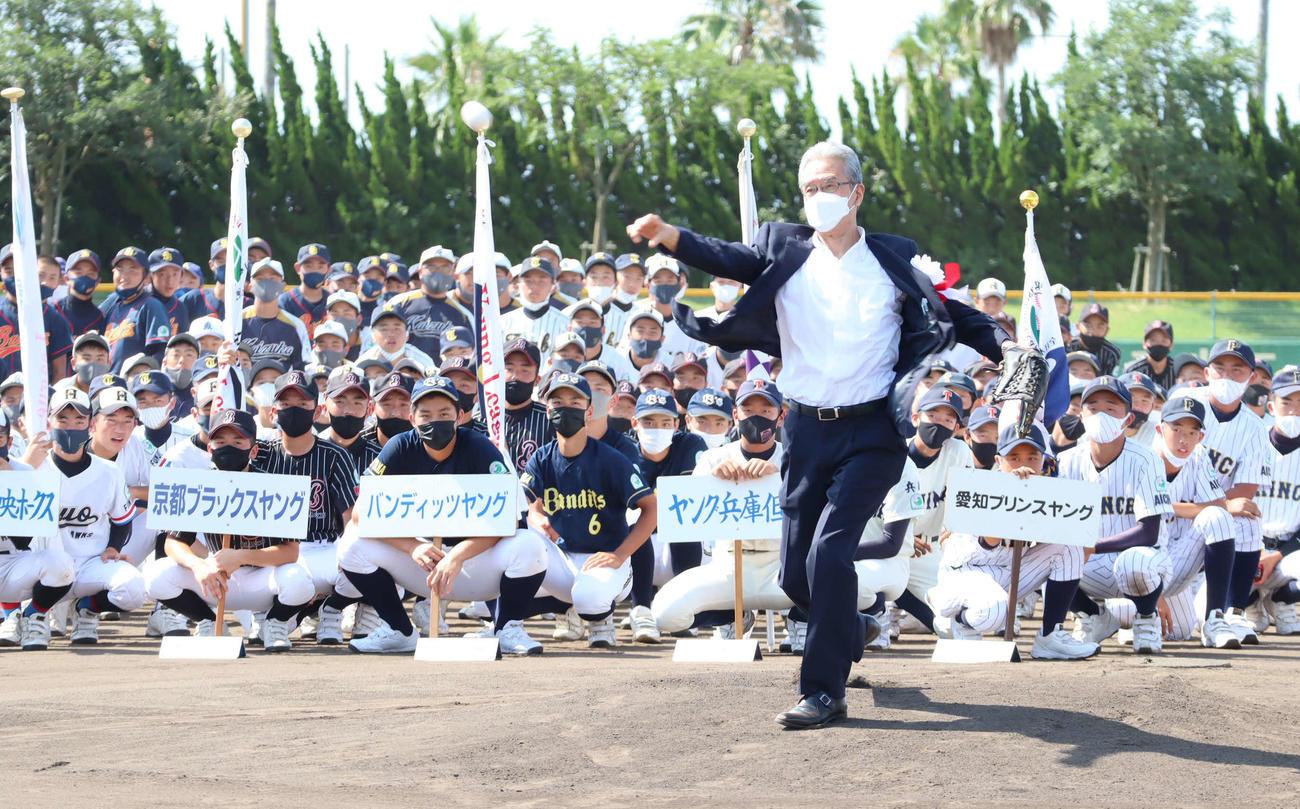山田久志会長の華麗な投球フォームによる始球式で夏の祭典が開幕!