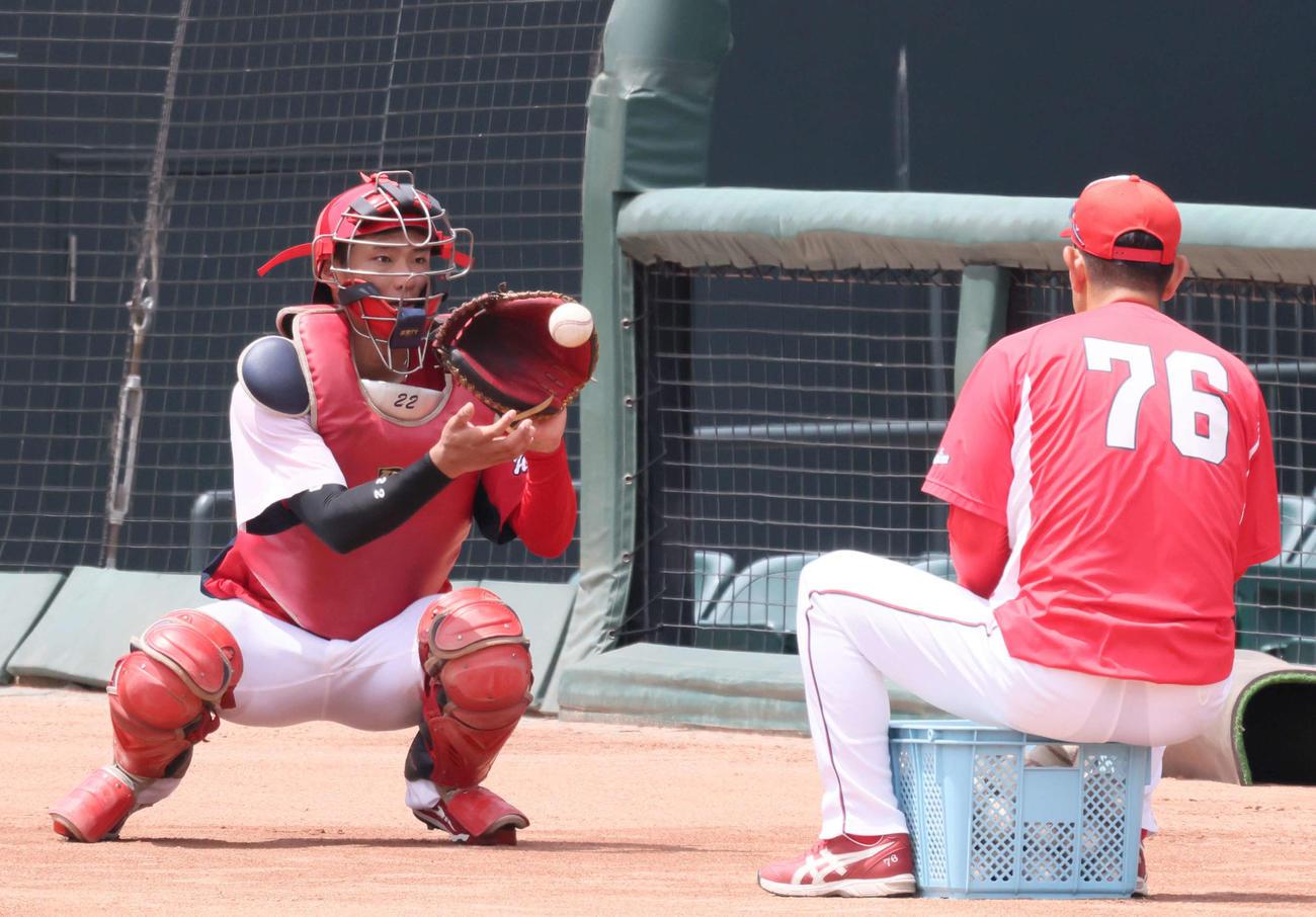 広島練習 1軍に合流し、捕球とスローイングの練習をする中村奨(左)。右は倉コーチ(撮影・加藤孝規)