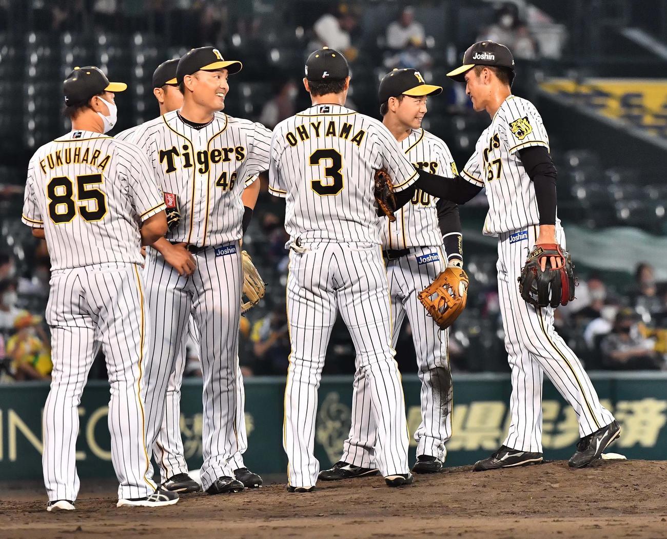 阪神対西武 7回途中無失点と好投した秋山(左から2人目)は笑顔を見せながらマウンドを降りる(撮影・上田博志)