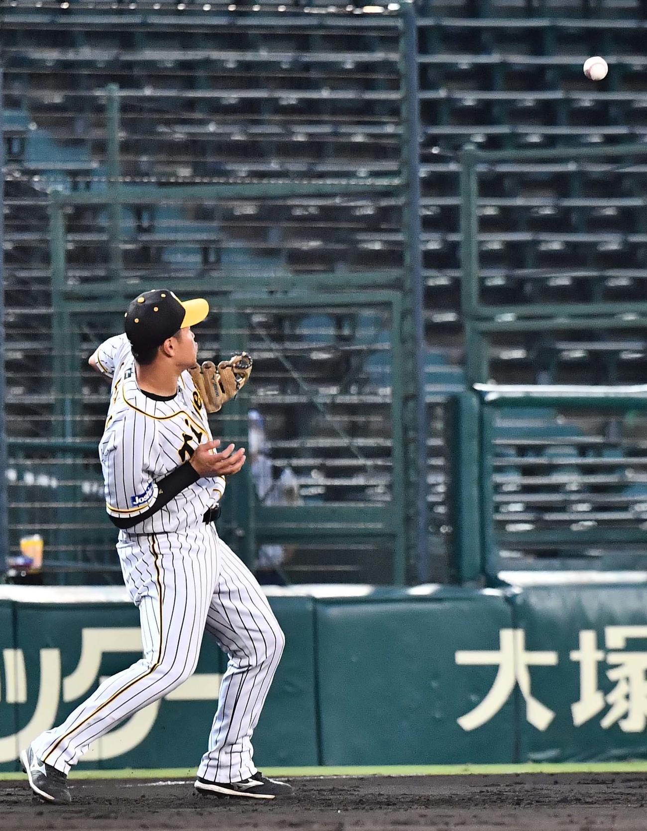 阪神対西武 4回表西武1死、山川の打球を後逸する佐藤輝(撮影・上田博志)