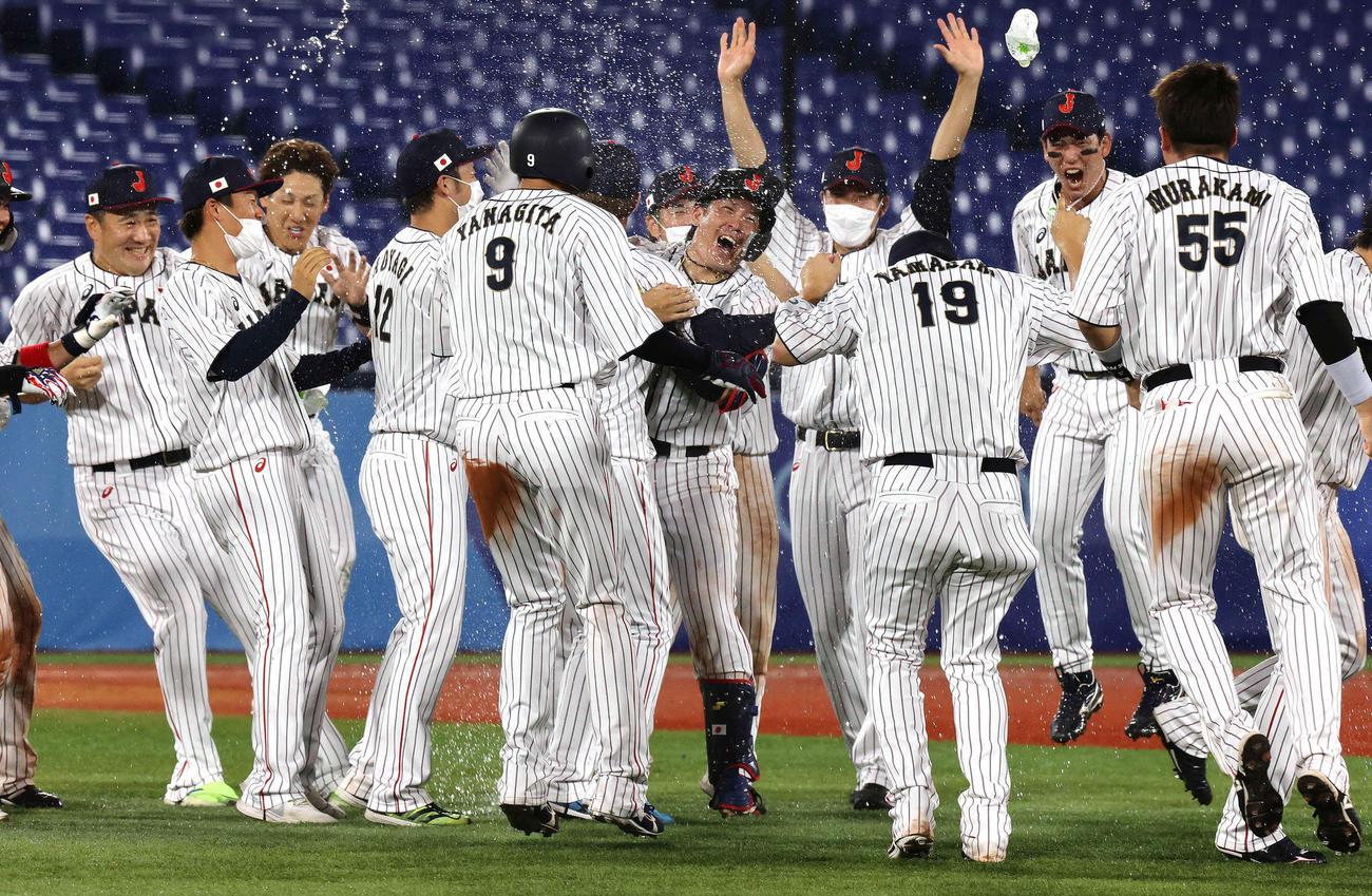 日本対米国 10回裏日本1死二、三塁、右翼フェンス直撃のサヨナラ打を放ち水を掛けられる甲斐(中央)(撮影・河野匠)