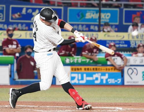 ロッテ対楽天 9回裏ロッテ2死、左越え本塁打を放つレアード(撮影・横山健太)