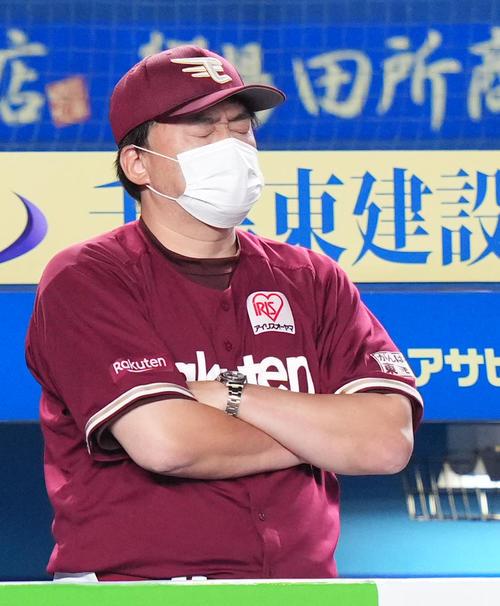 ロッテ対楽天 ベンチで目をつむる楽天石井GM兼監督(撮影・横山健太)