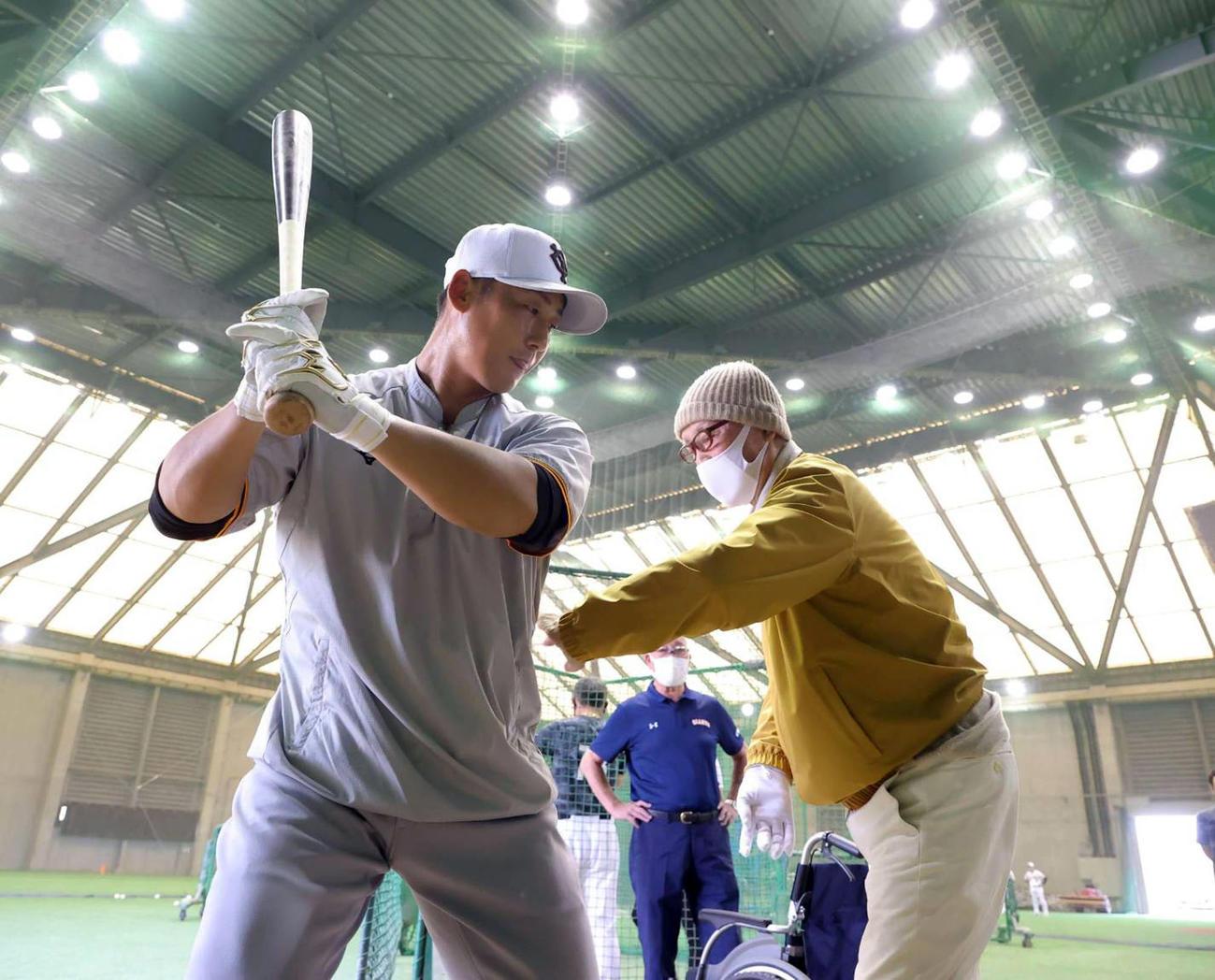 ジャイアンツ球場で中田(左)の打撃指導をする長嶋終身名誉監督(球団提供)