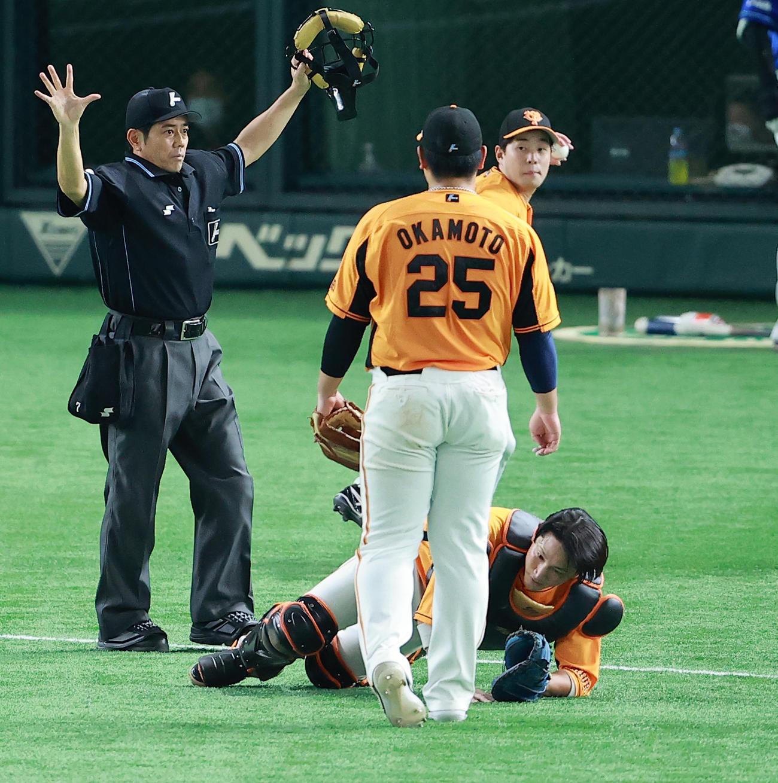 巨人対DeNA 8回表DeNA1死、柴田の飛球を譲りあい、ファールとする小林(奥)と岡本和(撮影・野上伸悟)