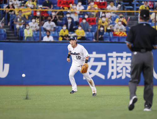 ヤクルト対阪神 2回表阪神無死、大山は打ち上げるも左翼手荒木が打球を見失い二塁打となる(撮影・清水貴仁)