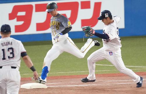 ヤクルト対阪神 3回表阪神無死、一塁へ内野安打を放つ近本。投手小川(撮影・鈴木みどり)