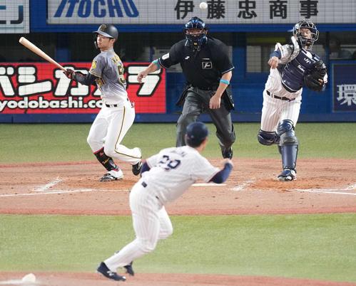 ヤクルト対阪神 3回表阪神1死一塁、中野を空振り三振に仕留めた後、一塁走者近本の二盗を刺す捕手古賀。投手小川(撮影・鈴木みどり)