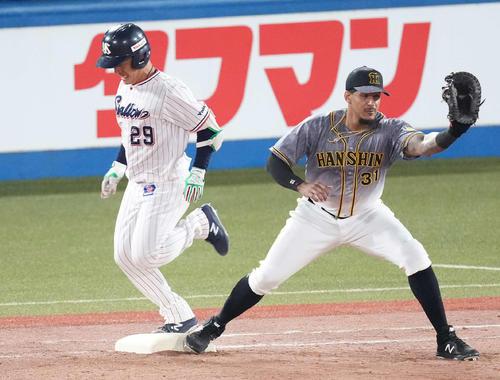 ヤクルト対阪神 7回裏ヤクルト2死二塁、内野安打を放つ小川。一塁手マルテ(撮影・鈴木みどり)