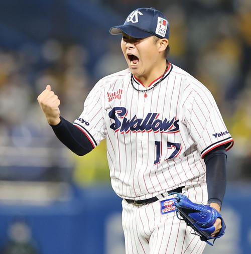 ヤクルト対阪神 8回表阪神2死満塁、サンズを三振に仕留めガッツポーズする清水(撮影・垰建太)