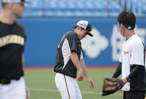 ヤクルト対阪神 死球をよける?練習を行う阪神中野(撮影・清水貴仁)