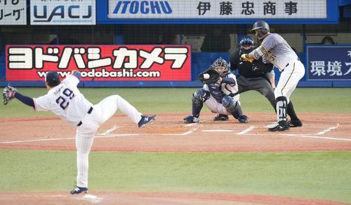 ヤクルト対阪神 1回表阪2死三塁、見逃し三振に倒れるマルテ。投手小川(撮影・鈴木みどり)