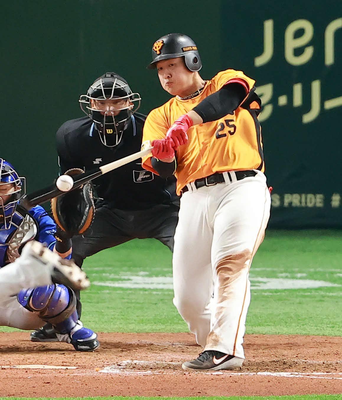 巨人対DeNA 8回裏巨人1死、山崎から左越えに37号本塁打を放つ岡本和(撮影・野上伸悟)