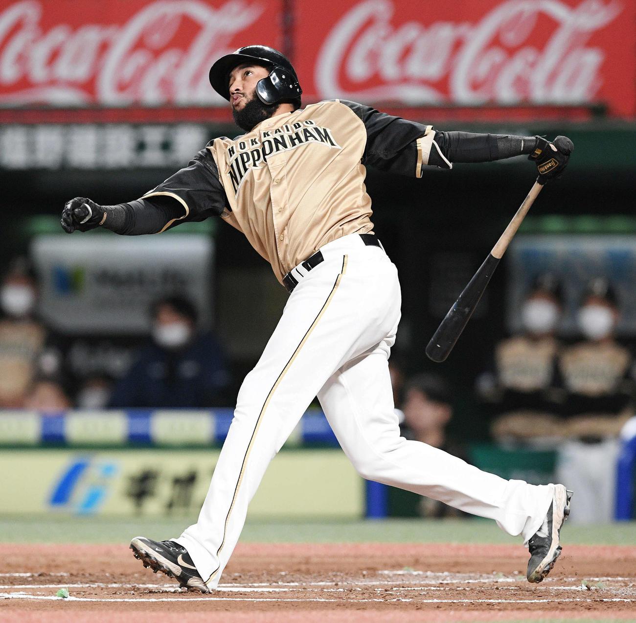西武対日本ハム 2回表日本ハム2死、R・ロドリゲスは先制の左越えソロ本塁打を放つ(撮影・滝沢徹郎)