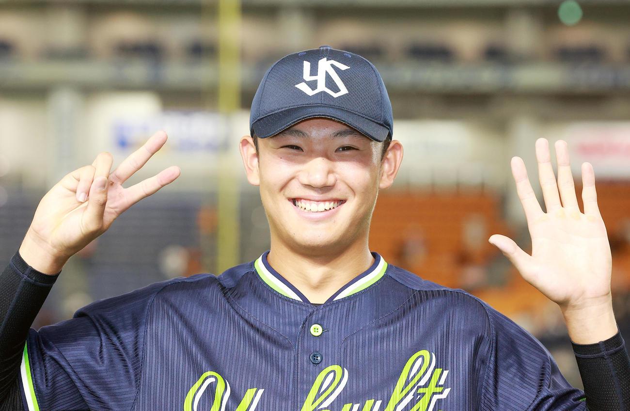 巨人対ヤクルト 7勝目を挙げた奥川は両手で「7」を作り笑顔を見せる(撮影・浅見桂子)