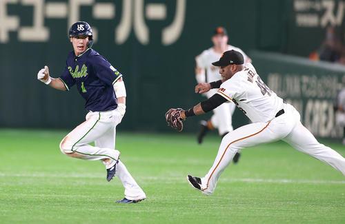 巨人対ヤクルト 7回表ヤクルト2死一塁、一塁走者山田(左)は二塁盗塁を試み、挟まれるも必死にウィーラーから逃げる。結果はアウトになる(撮影・浅見桂子)