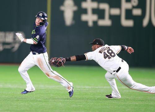 巨人対ヤクルト 7回表ヤクルト2死一塁、打者中村の時、飛び出して一二塁間に挟まれた一走山田(左)へ飛びついてタッチアウトにする一塁手ウィーラー(撮影・浅見桂子)