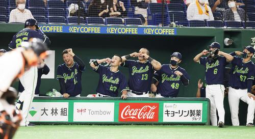 巨人対ヤクルト 4回表ヤクルト無死一塁、サンタナ(後方左端)は左越え2点本塁打を放ち奥川(同左から2人目)らに迎えられる(撮影・足立雅史)