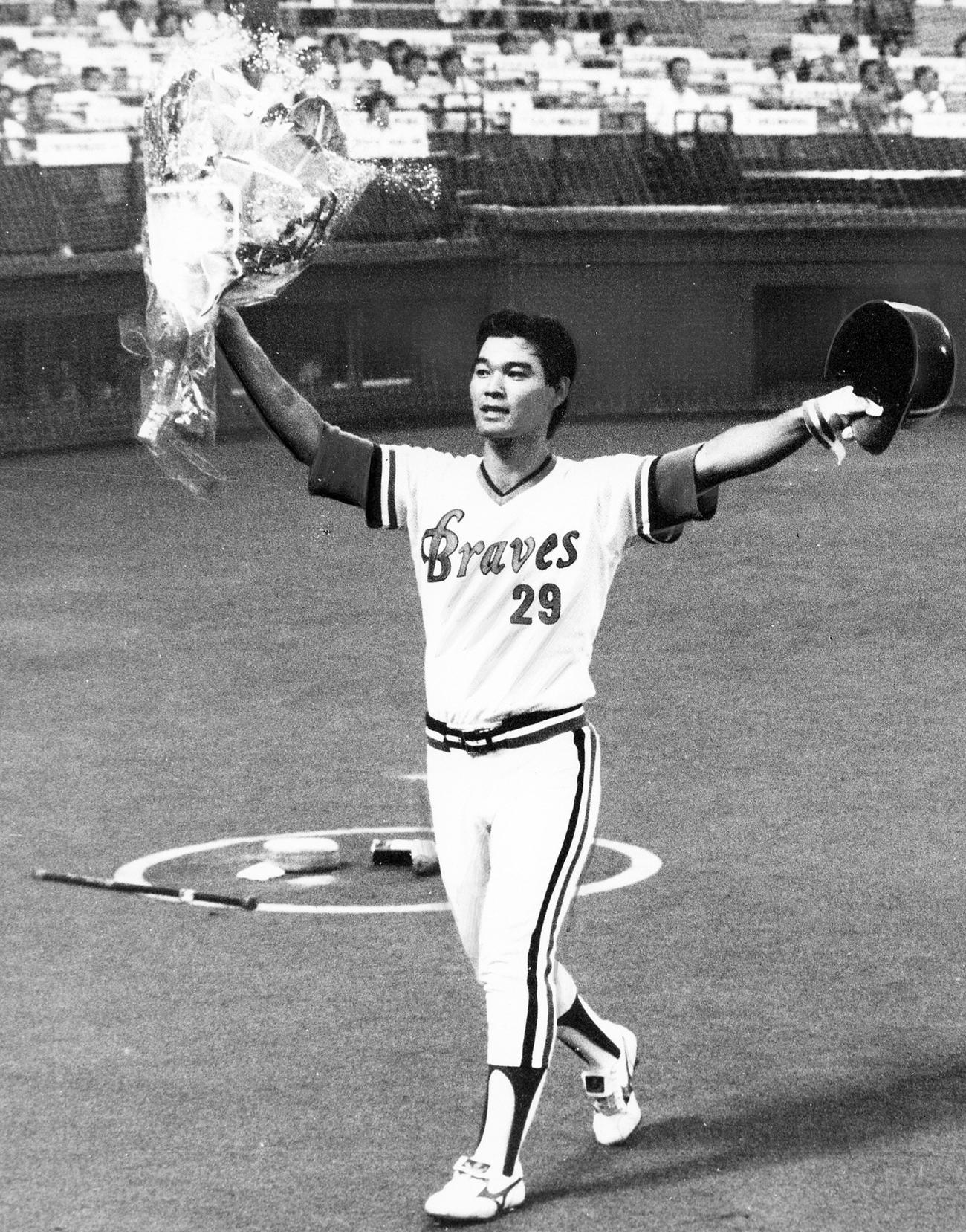 86年7月、ロッテ戦で阪急石嶺和彦は左越え本塁打を放ち連続試合出塁56試合の日本新記録を樹立(1986年7月25日撮影)