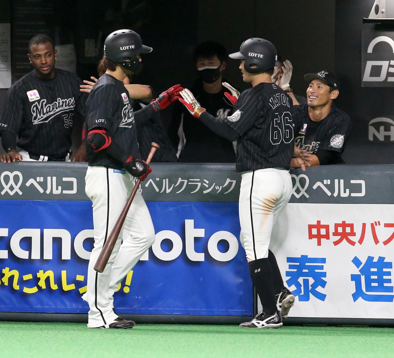 6回表ロッテ1死三塁、藤原(左手前)は右犠飛で生還した加藤とタッチを交わす(撮影・佐藤翔太)