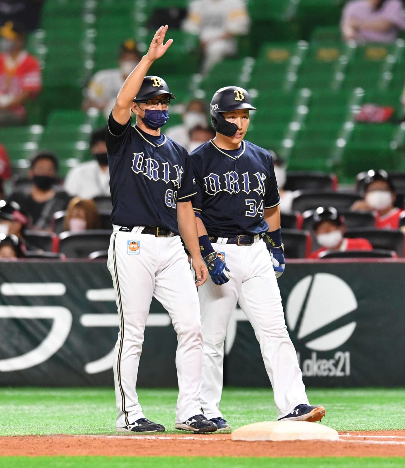2021年9月3日、ソフトバンク対オリックス 9回表オリックス1死一塁、内野安打で出塁した吉田正(右)の代走をベンチに求める田口コーチ