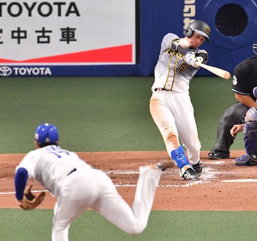阪神対中日 3回表阪神1死二塁、右フェンス直撃の先制適時二塁打を放つ近本(撮影・上田博志)