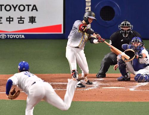阪神対中日 3回表阪神1死二塁、中前に適時打を放つ中野(撮影・上田博志)