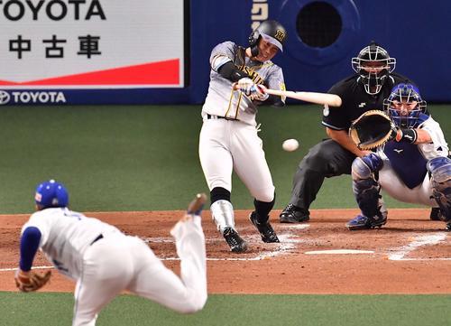 阪神対中日 3回表阪神1死一塁、右前安打を放つ糸原(撮影・上田博志)