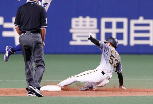 中日対阪神 9回表阪神無死一塁、一塁走者島田は二塁盗塁を決める(撮影・加藤哉)