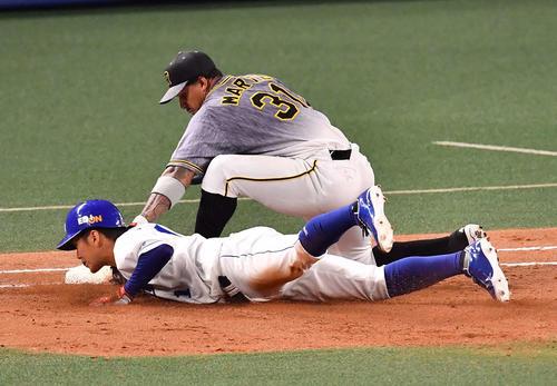 阪神対中日 5回裏中日無死一塁、梅野からのけん制でアウトとなる京田。一塁手はマルテ(撮影・上田博志)