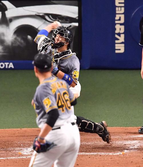 阪神対中日 5回裏中日無死一塁、梅野は一塁けん制で京田を刺す(撮影・上田博志)