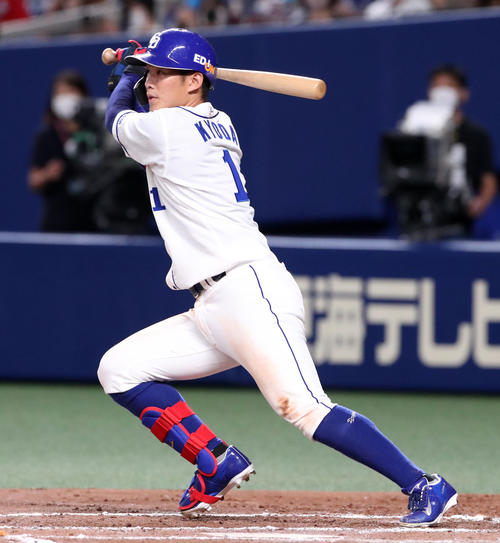 中日対阪神 6回裏中日2死二、三塁、京田は中前適時打を放つ(撮影・加藤哉)