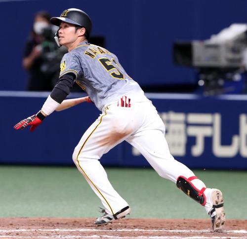 中日対阪神 8回表阪神1死、中野は左線二塁打を放つ(撮影・加藤哉)