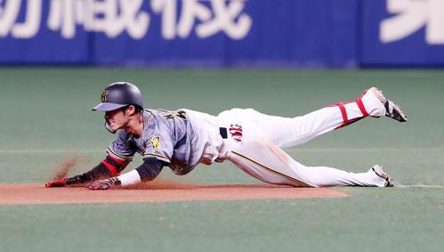 中日対阪神 8回表阪神1死、中野は左線二塁打を放ちヘッドスライディングを決める(撮影・加藤哉)