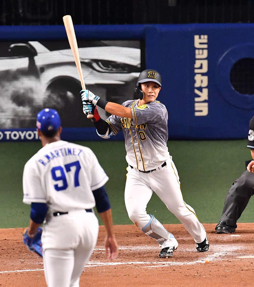 阪神対中日 9回表阪神1死三塁、勝ち越しとなる左犠飛を放つ木浪(撮影・上田博志)
