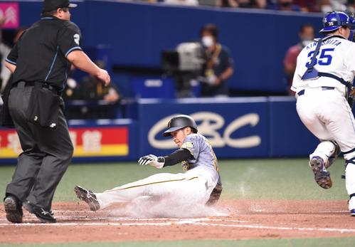 中日対阪神 9回表阪神1死三塁、島田は木浪の左犠飛で生還する(撮影・森本幸一)