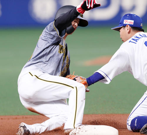 中日対阪神 1回表阪神1死一、二塁、二塁走者中野は打者マルテのとき三塁盗塁失敗で併殺となる。野手は高橋(撮影・加藤哉)
