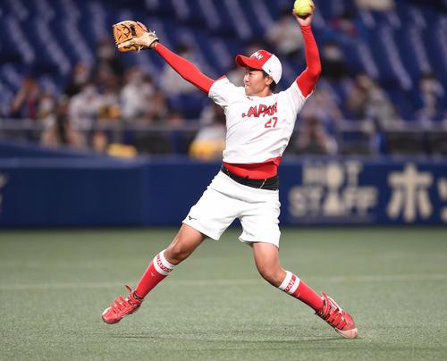 中日対阪神  試合前、セレモニアルピッチを行った東京2020五輪ソフトボール日本代表の後藤(撮影・森本幸一)