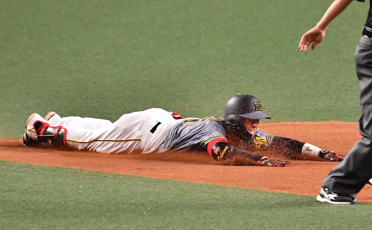 阪神対中日 8回表阪神1死、左翼線へ二塁打を放つ中野(撮影・上田博志)
