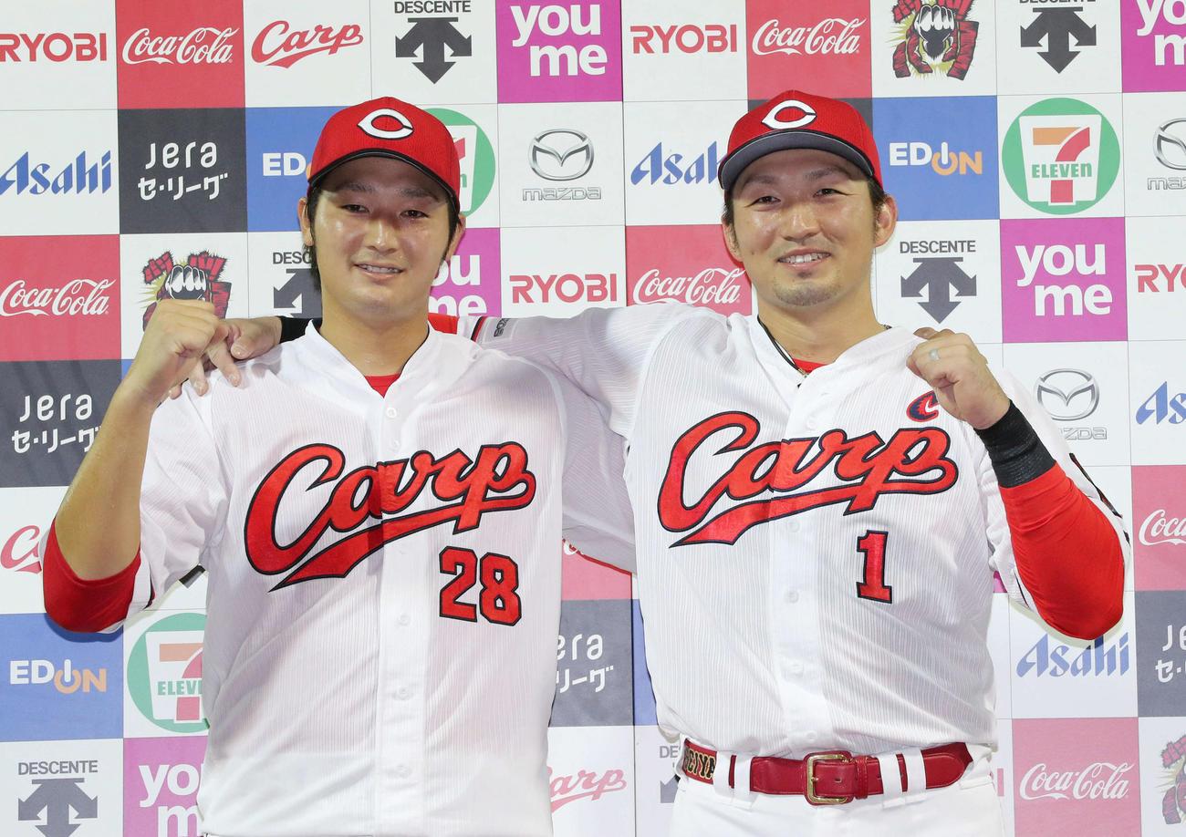 広島対巨人 お立ち台でポーズを決める床田寛樹(左)と鈴木誠也(右)