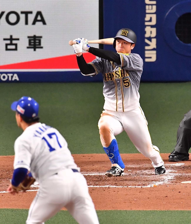 中日対阪神 3回表阪神1死二塁、近本は右先制適時二塁打を放つ(撮影・上田博志)
