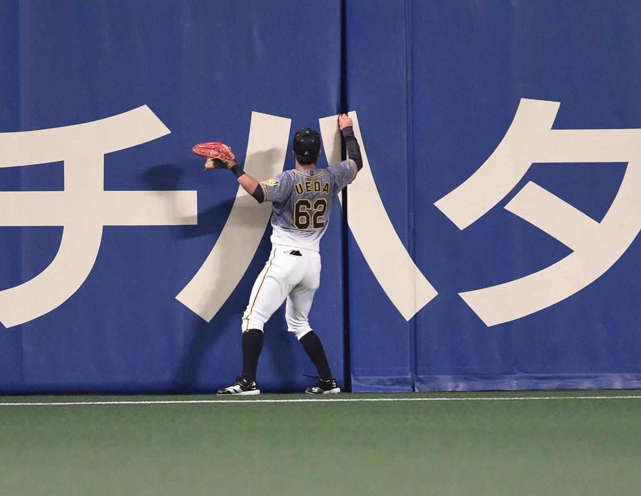 中日対阪神 9回裏中日1死一、三塁、福留の打球がフェンスに挟まり捕りに行く植田(撮影・森本幸一)