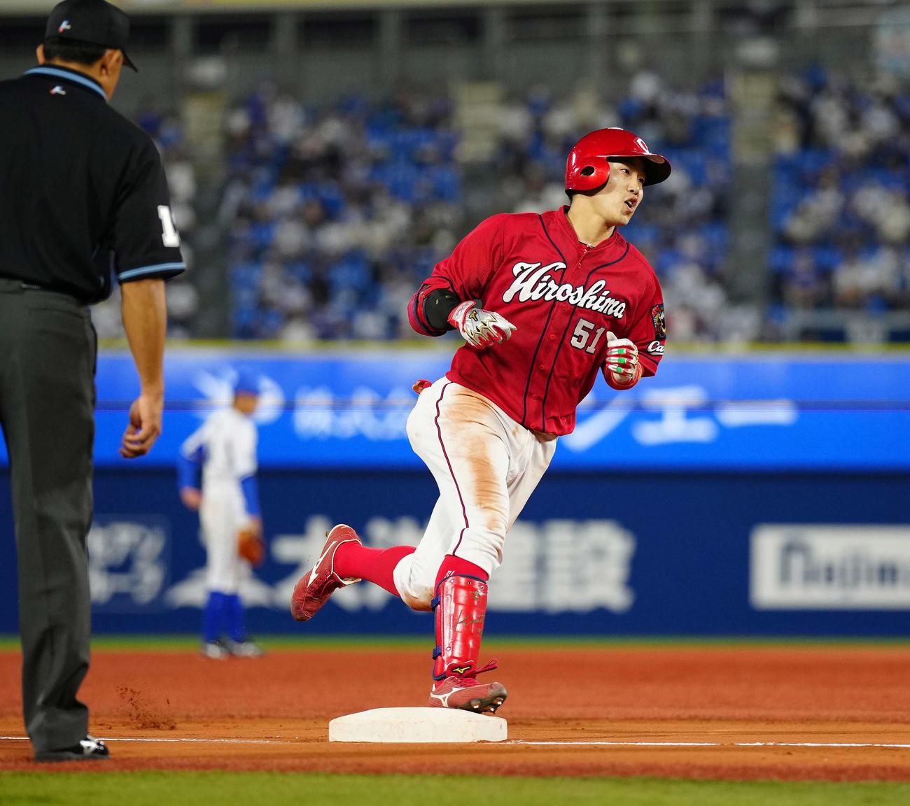 DeNA対広島 5回表広島無死一塁、2点本塁打を放ち三塁を回る小園(撮影・江口和貴)