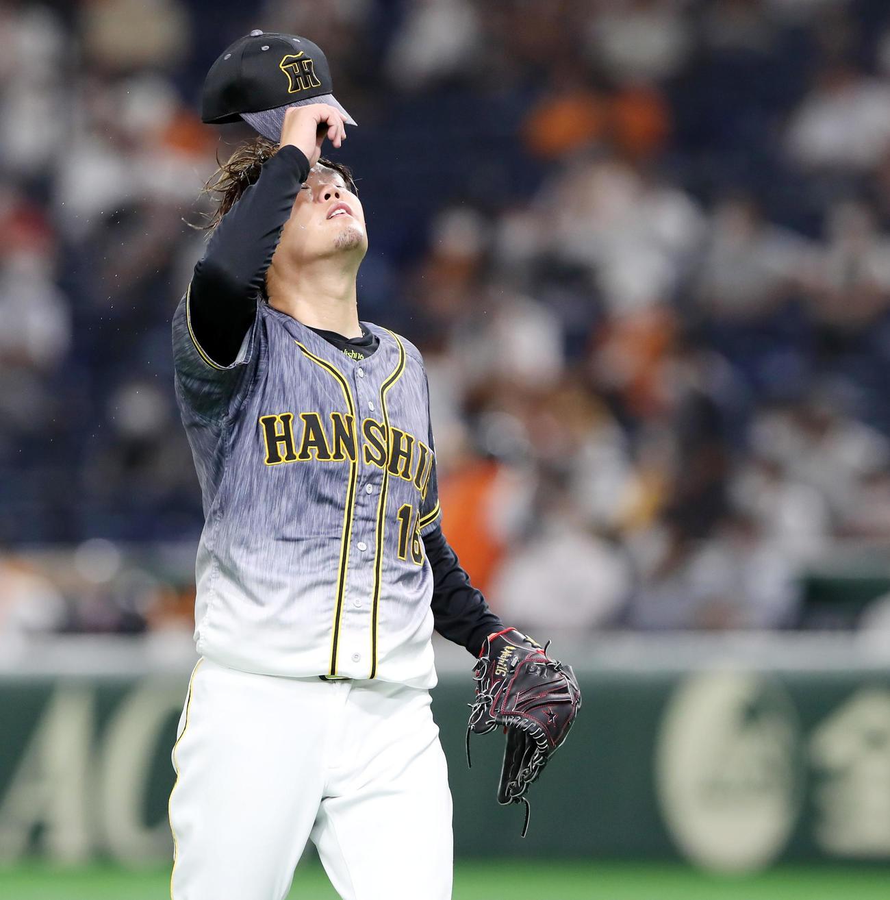 巨人対阪神 3回裏、西勇は巨人打線に5失点を喫しベンチへ引き揚げる(撮影・加藤哉)