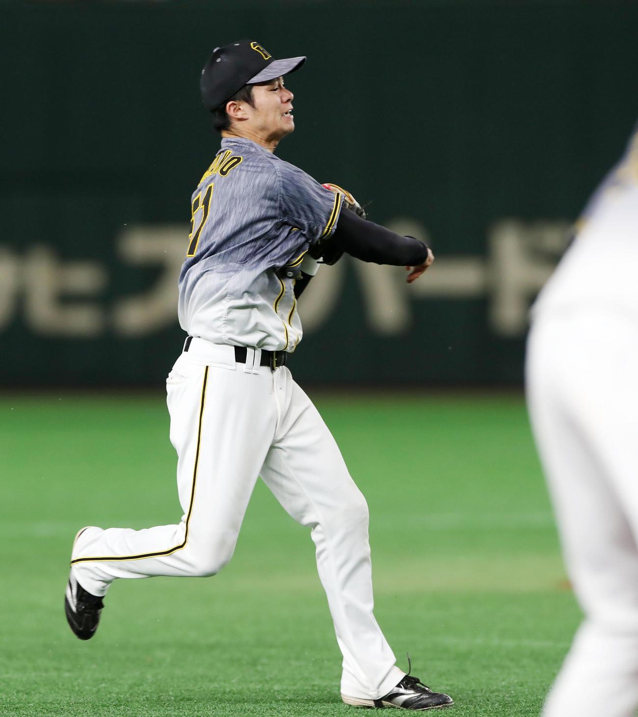 巨人対阪神 9回裏巨人1死満塁、中野は丸の打球を好捕、本塁へ送球し封殺する(撮影・加藤哉)
