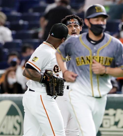 巨人対阪神 3回表阪神2死二塁、マルテは中飛を打ち上げウィーラー(左)からの言葉に反応し怒声をあげる(撮影・加藤哉)
