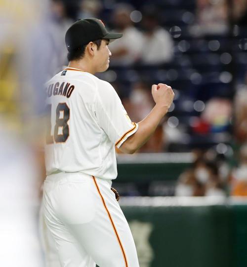 巨人対阪神 3回表阪神2死二塁、菅野はマルテを中飛に仕留めガッツポーズを見せる(撮影・加藤哉)