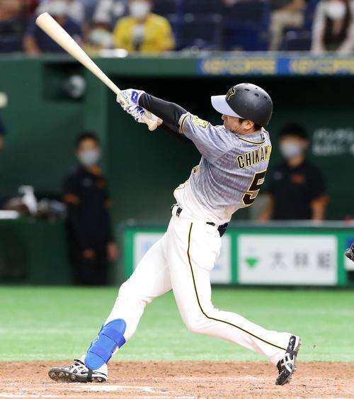巨人対阪神 8回表阪神1死一塁、近本は右越え二塁打を放つ(撮影・加藤哉)